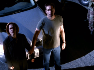 xfiles_dreamland_mulder_holds_scullys_arm